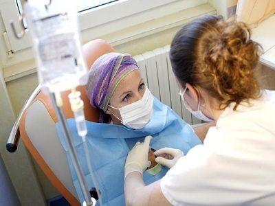 Hóa trị để tiêu diệt các tế bào ung thư hoặc cản trở sự phát triển của chúng
