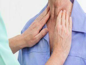 Nên kiểm tra khoang miệng và hầu họng thường xuyên bằng cách soi gương và đi kiểm tra bác sĩ định kì