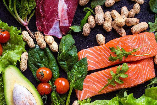 Ăn một chế độ ăn đầy đủ rau, trái cây, ngũ cốc, các loại hạt và các loại đậu để đảm bảo dinh dưỡng