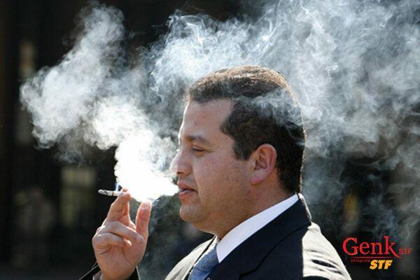 Nam công sở rất dễ có thói quen hút thuốc