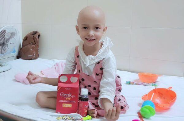 Bé Linh - cô bé một chân đang vui vẻ hát tại phòng bệnh