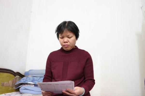 Chị Nguyễn Thị Hường giữ từng bản xét nghiệm, bệnh án và nhớ từng ngày đối mặt với căn bệnh ung thư phổi giai đoạn cuối, di căn lên não.