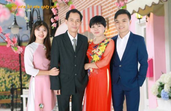 Gia đình chị Hường, anh Bích chụp ảnh lưu niệm kỷ niệm 20 năm ngày cưới.