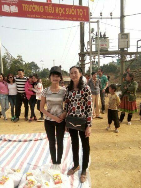 Hai mẹ con tôi trong chuyến thiện nguyện tại Phù Yên, Sơn La năm 2018