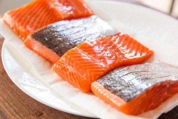 Thịt cá hồi, cá ngừ là thức ăn giảm mỡ máu hiệu quả