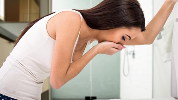 Người viêm loét dạ dày khiến người bệnh có cảm giác khó chịu, buồn nôn.