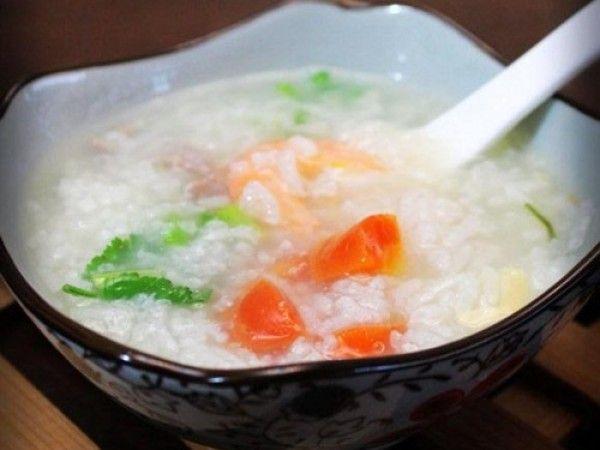 Người bệnh nên ăn các thức ăn mềm, nhuyễn như cháo, súp, nước ép hoa quả