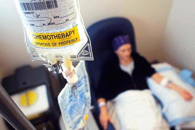 Cũng như xạ trị, hóa trị có thể cho dùng trước phẫu thuật để làm giảm kích thước khối u, cũng như loại bỏ tế bào ung thư còn lại hậu phẫu thuật