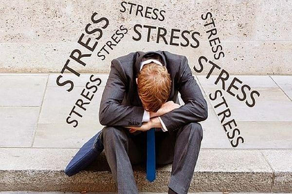 Căng thẳng đi kèm áp lực công việc là một trong những nguyên nhân khiến sức đề kháng yếu