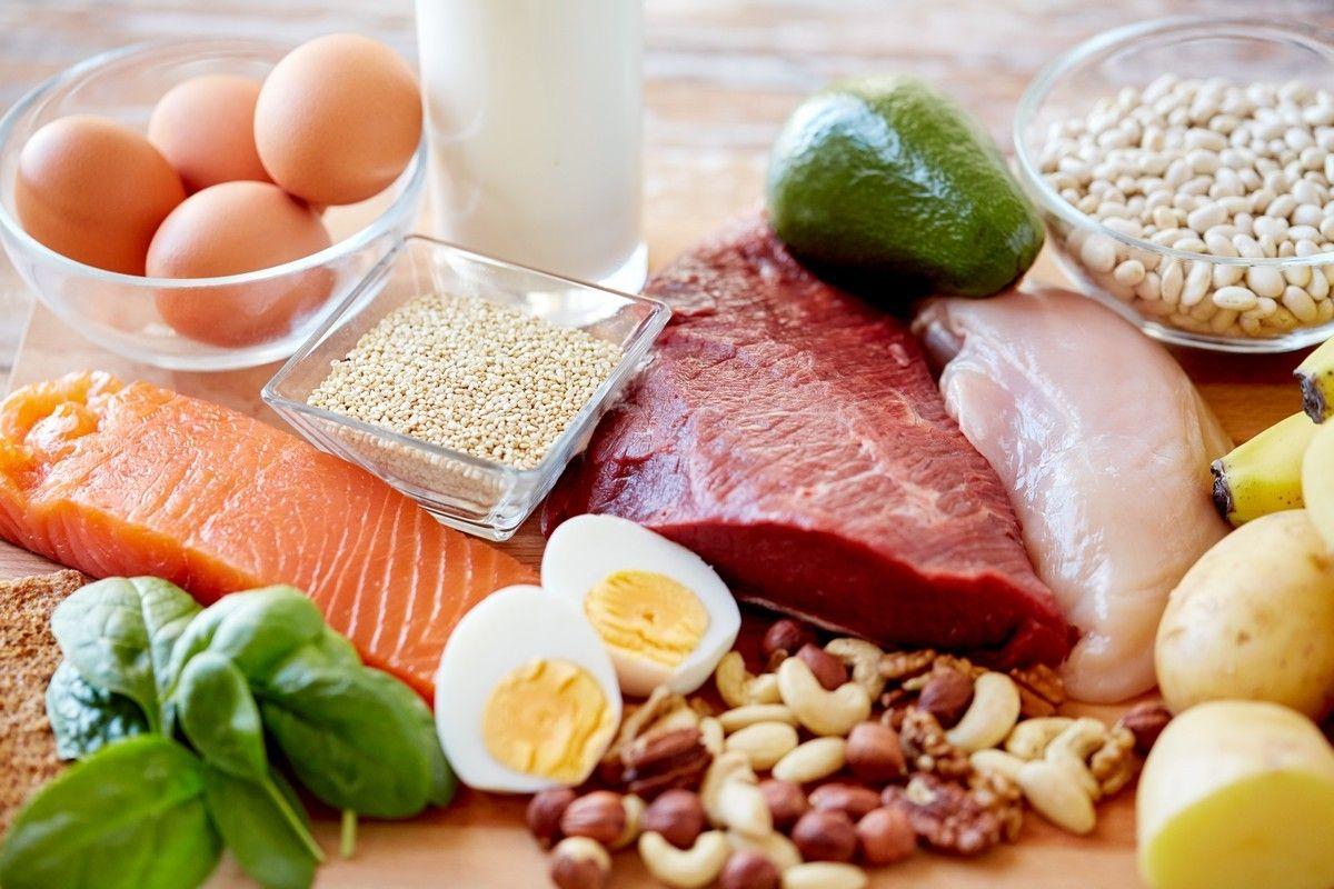 Thực phẩm giàu protein tốt cho người ung thư tuyến tụy như cá hồi, trứng, thịt bò,...
