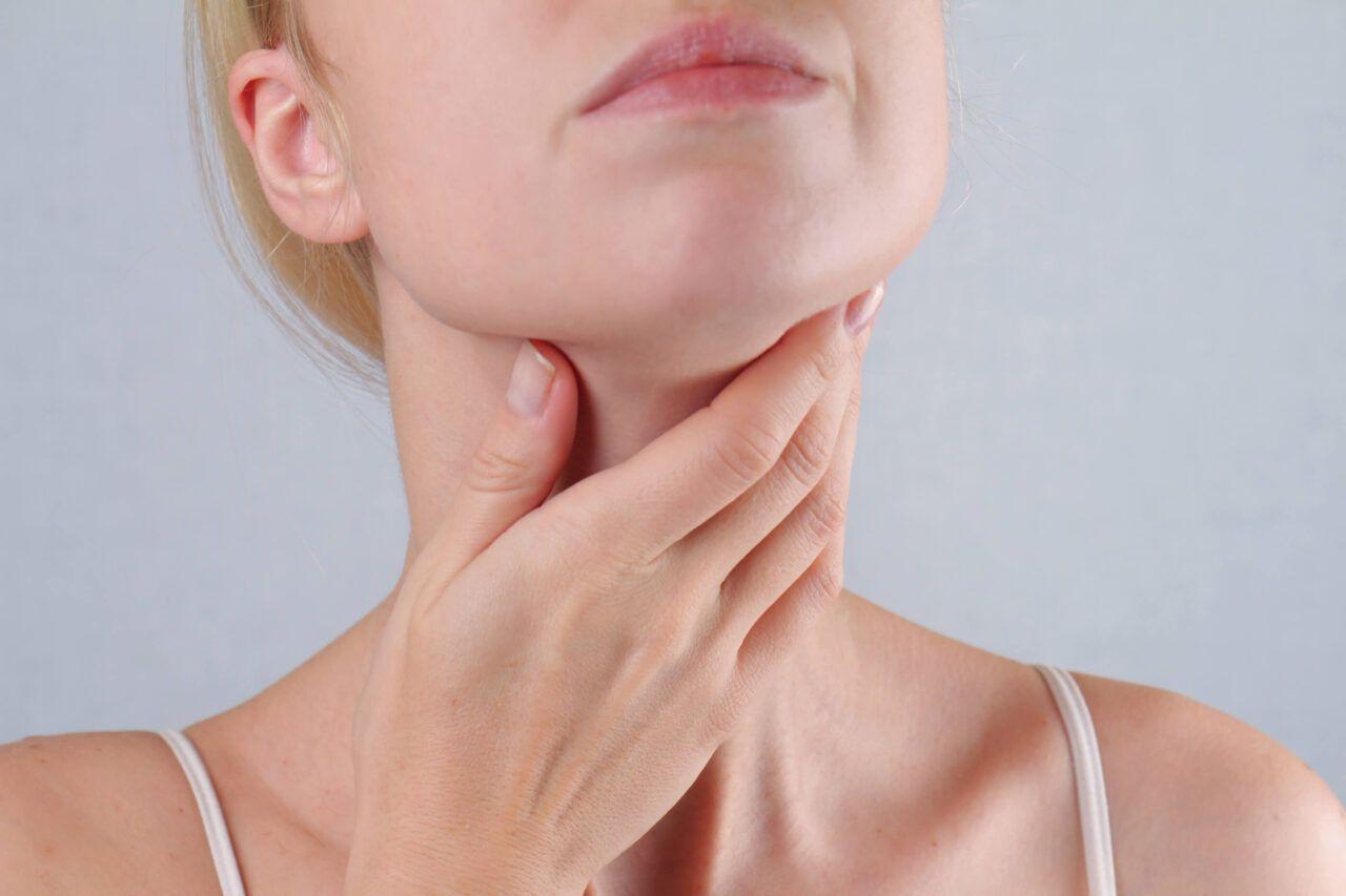 Đau họng dữ dội là một trong những dấu hiệu ung thư vòm họng