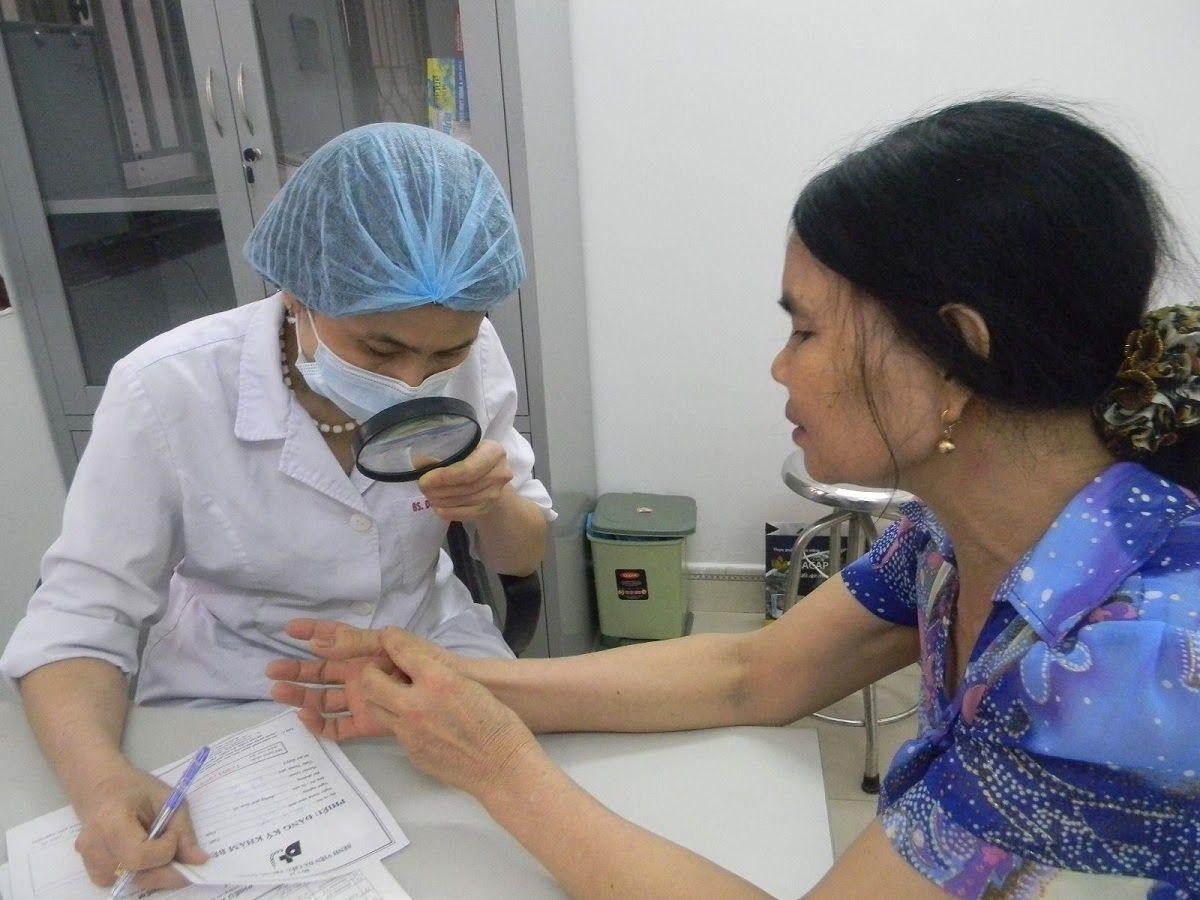 Bác sĩ sẽ kiểm tra xung quanh nơi bị sưng và tiền sử bệnh cá nhân, gia đình