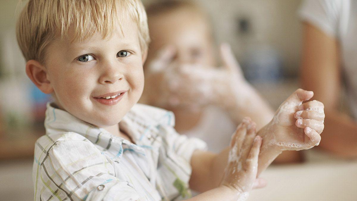 Dạy trẻ tầm quan trọng của việc rửa tay sau khi chúng chơi bên ngoài hoặc ra ngoài nơi công cộng
