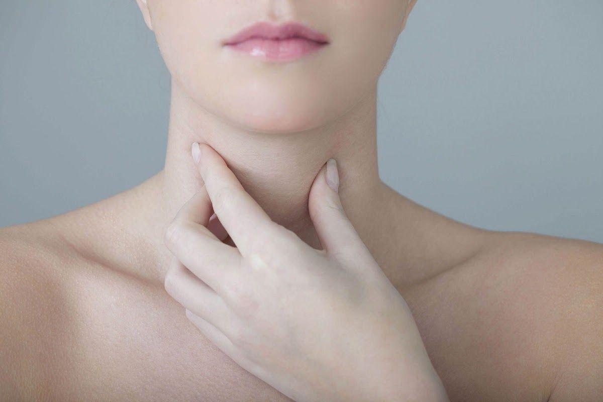 Nổi hạch ở cổ là một trong những dấu hiệu ung thư vòm họng thường gặp