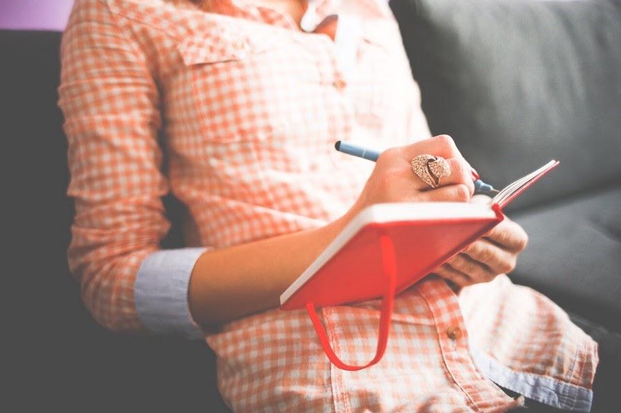 Thay vì cứ giữ mãi cảm xúc trong lòng, bạn hãy viết xuống và giải tỏa ra bên ngoài. Mỗi ngày bạn chỉ cần viết một ít.