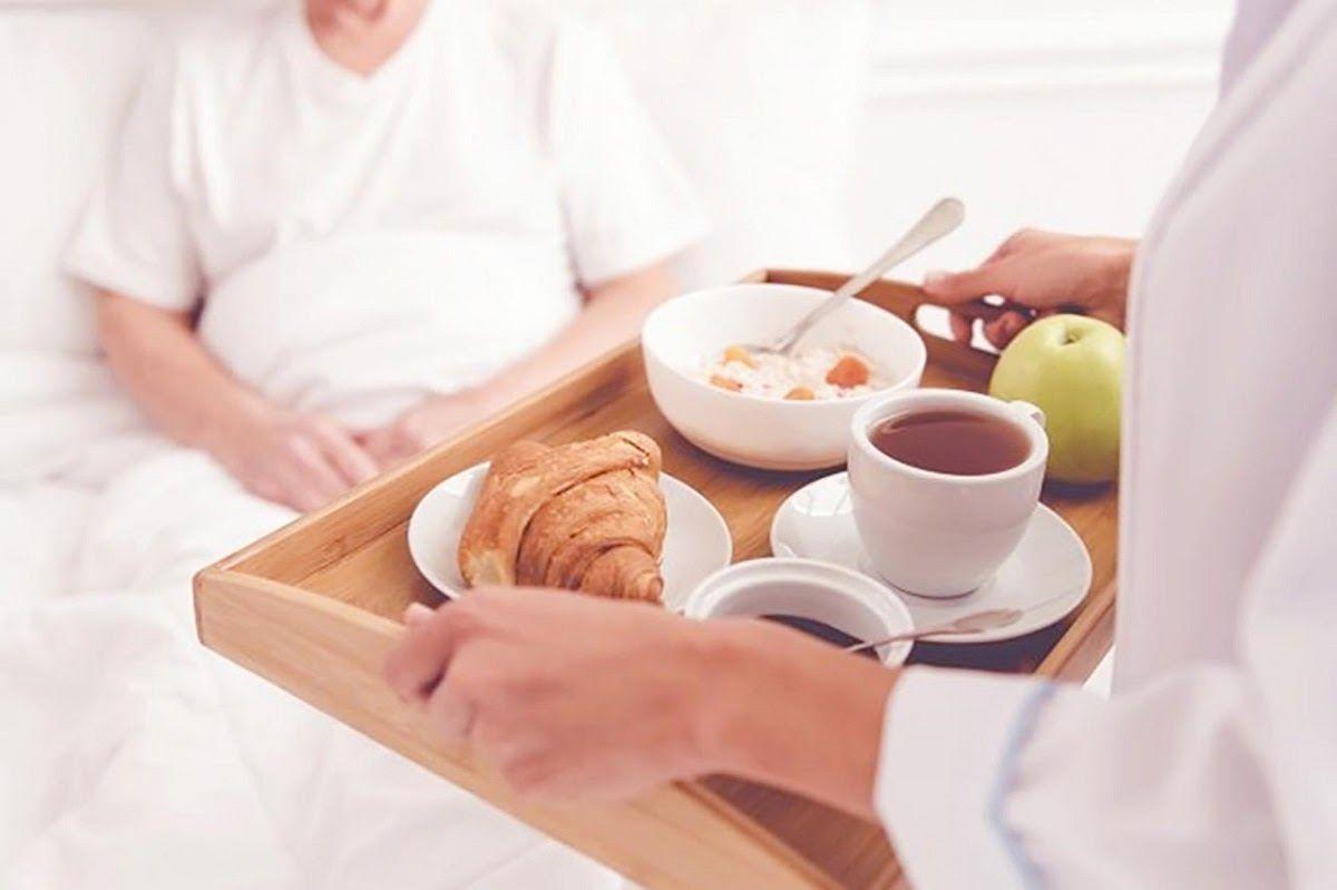 Trong trường hợp bệnh nhân cảm thấy khó khăn hãy xay nhuyễn hoặc băm nhỏ thức ăn để bệnh nhân ăn uống dễ dàng hơn