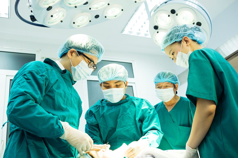 Phẫu thuật là một trong những phương pháp chính điều trị ung thư vú giai đoạn 2