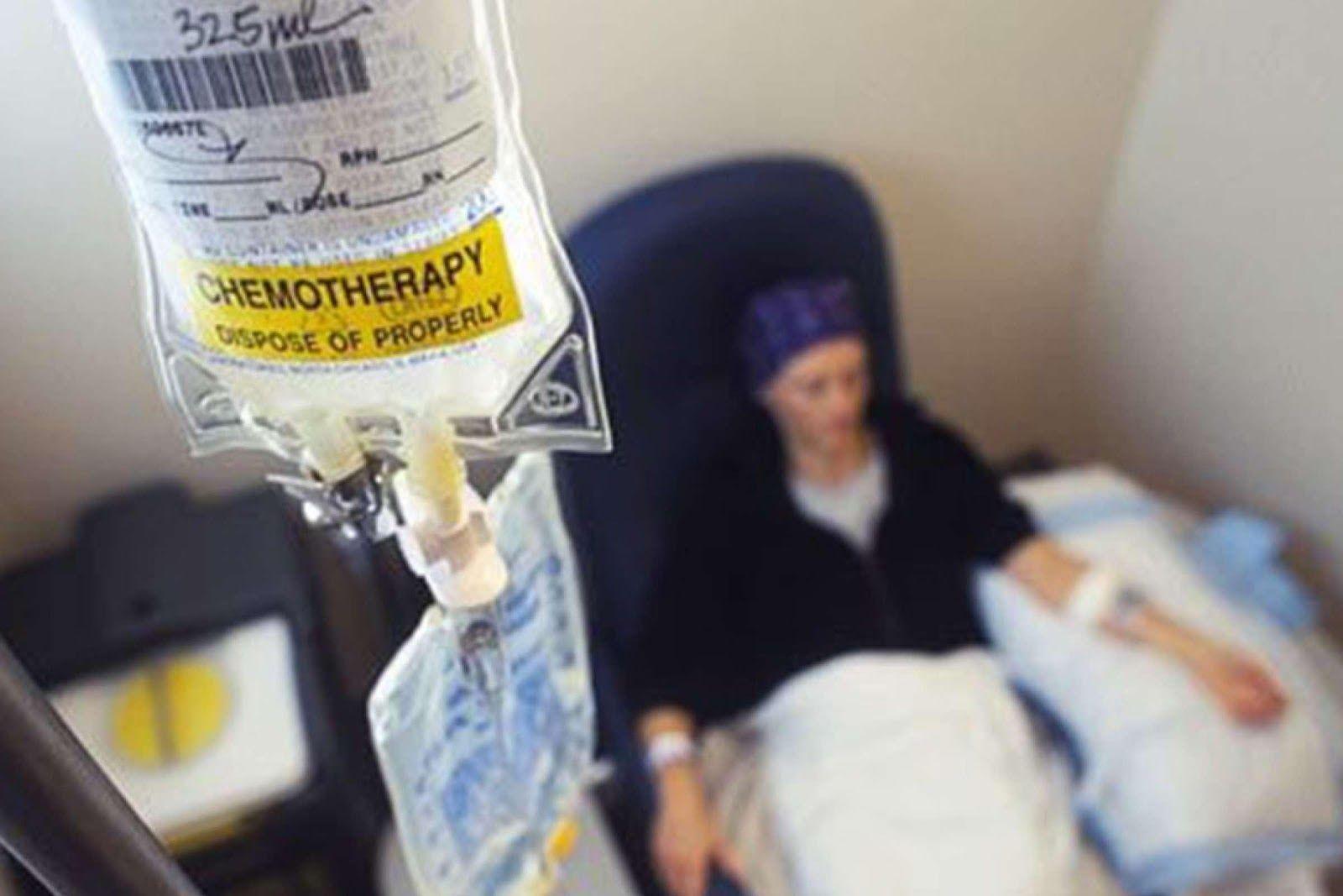 Tác dụng phụ của hóa trị ung thư là làm giảm sức đề kháng của cơ thể