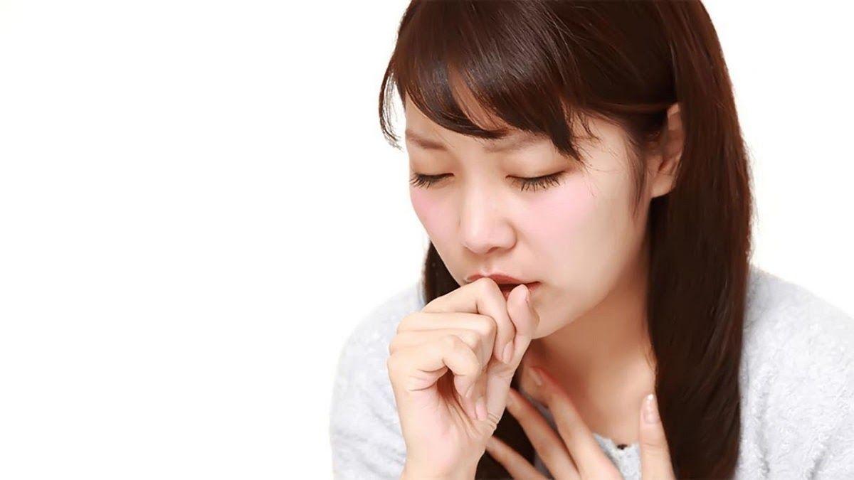 Ho kéo dài, ho ra máu là triệu chứng ung thư phổi thường gặp