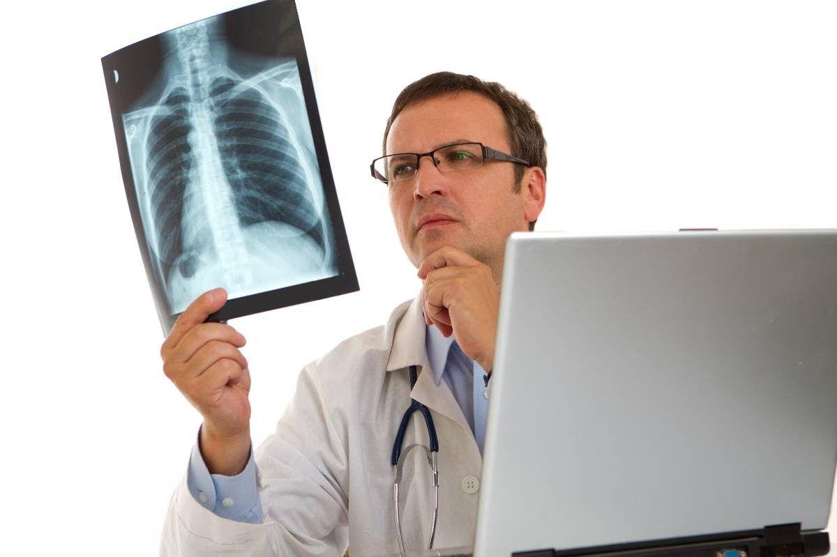 Ung thư phổi còn có thể di căn tới xương khiến người bệnh thường xuyên đau nhức, xương dễ nứt gãy