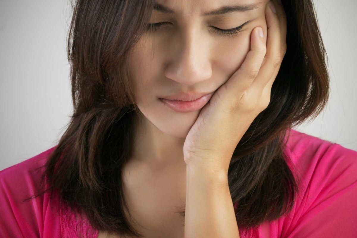Đau liên tục trong tuyến nước bọt là một trong những triệu chứng cảnh báo bạn có thể mắc ung thư tuyến nước bọt