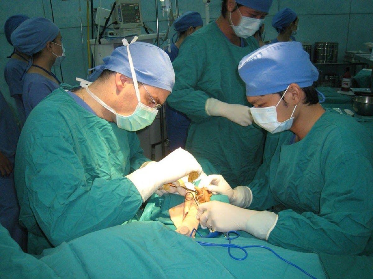 Phẫu thuật là một trong những phương pháp điều trị ung thư tinh hoàn