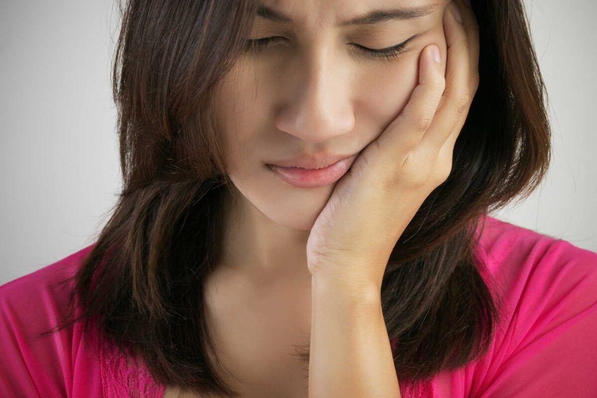 Triệu chứng phổ biến của bệnh là các cơn đau nhức ở răng và xương hàm