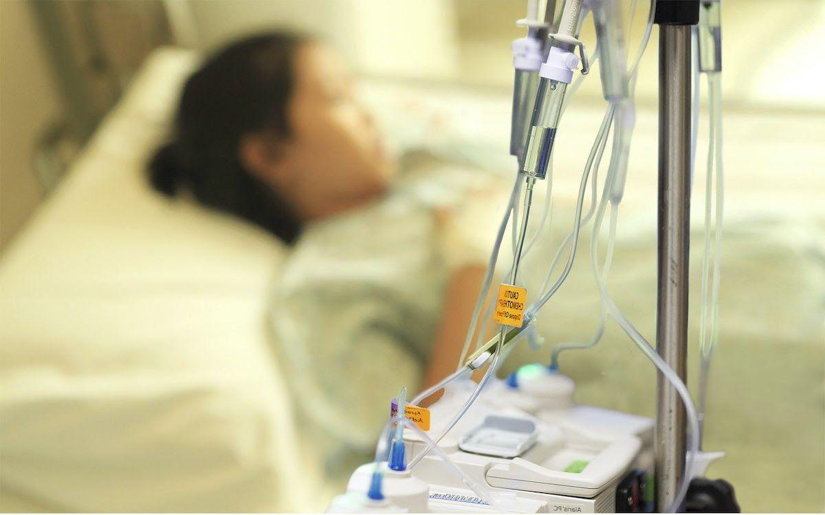 Hóa trị sử dụng thuốc để chặn sự tăng trưởng của tế bào ung thư bạch cầu.
