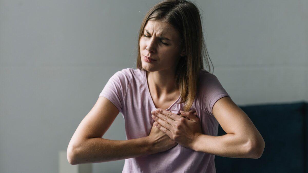 Triệu chứng tức ngực và khó thở cũng xảy ra, đôi khi điều này chỉ xảy ra khi tế bào ung thư đã di căn đến phổi