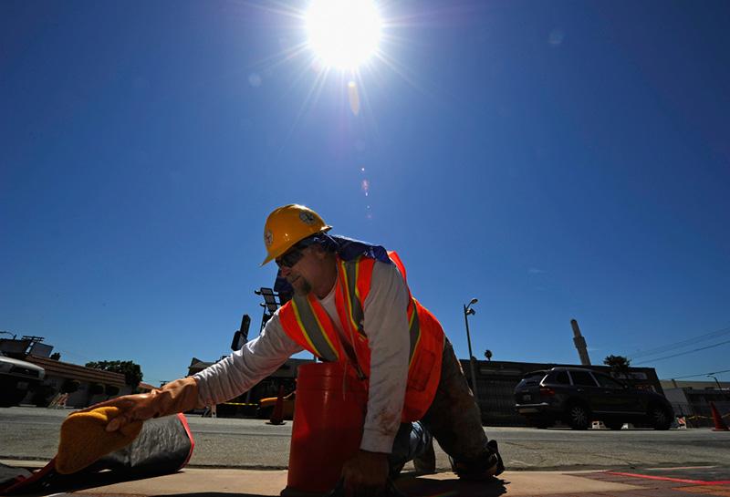 Làm việc dưới ánh nắng gắt rất có hại đến làn da của bạn
