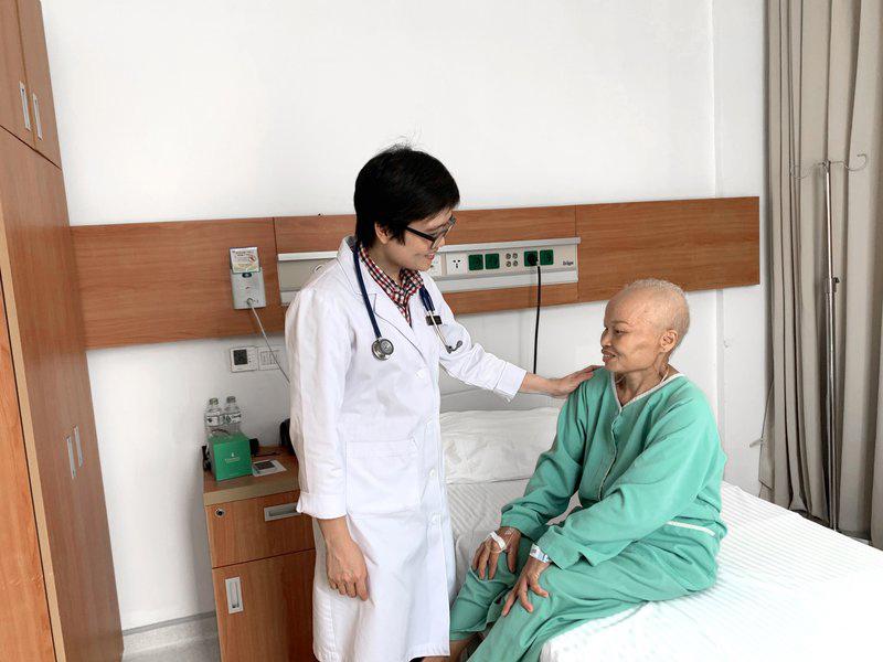 Các loại thuốc hóa trị dùng trong điều trị bệnh ung thư làm tổn thương nang tóc gây nên tình trạng rụng tóc trên khắp cơ thể: nách, đầu,...