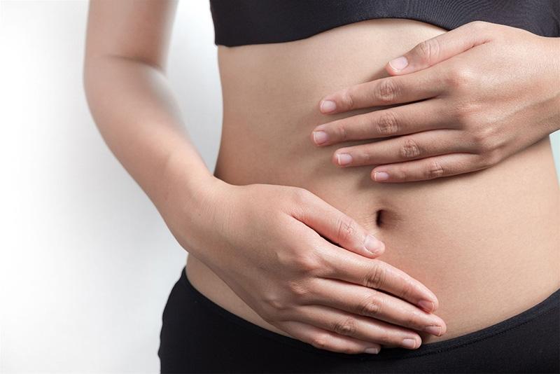 Đau bụng, đầy hơi là một trong những triệu chứng ung thư trực tràng