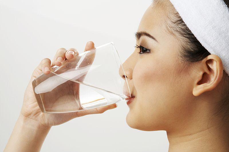 Uống nhiều nước lọc để hạn chế mất nước khi bị nôn mửa hoặc tiêu chảy