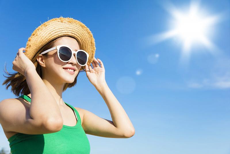 Việc tiếp xúc trực tiếp nhiều với ánh nắng mặt trời có chứa tia cực tím, bạn sẽ có nguy cơ bị ung thư vú