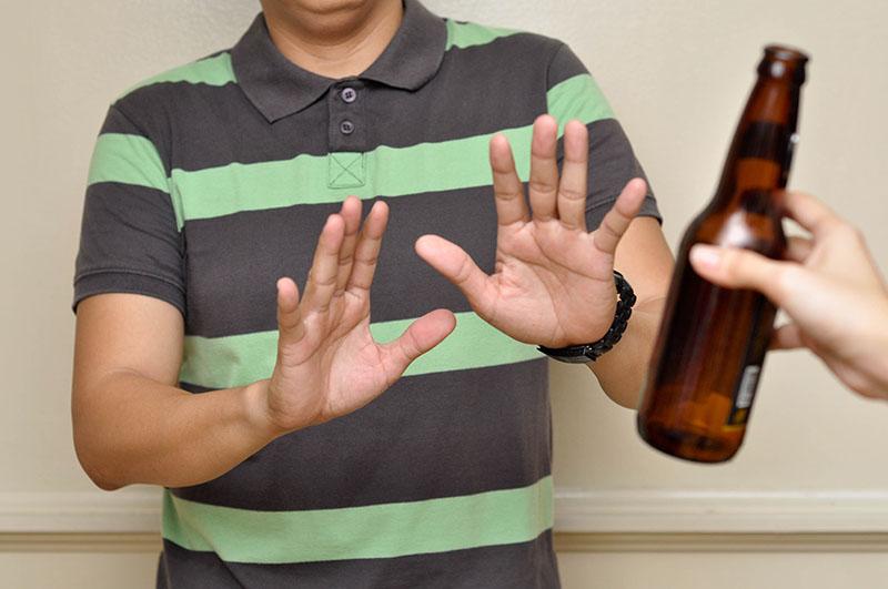Hạn chế uống rượu bia hay các thức uống có cồn sẽ giúp bạn giảm thiểu nguy cơ mắc ung thư