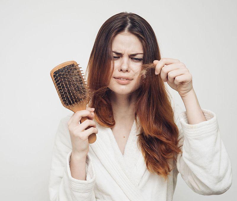 Rụng tóc là một trong những tác dụng phụ thường gặp khi điều trị ung thư