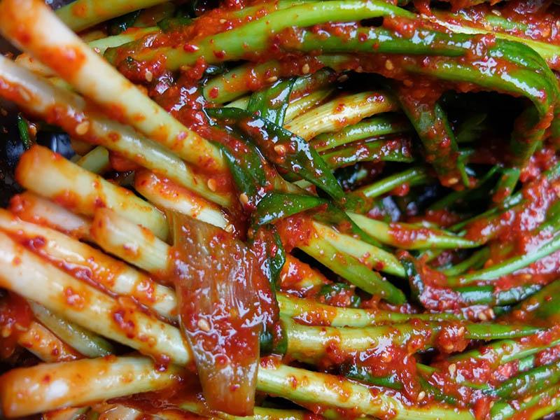 Bệnh nhân ung thư dạ dày nên tránh những thực phẩm cay nóng, chứa chất bảo quản hay phụ gia,...