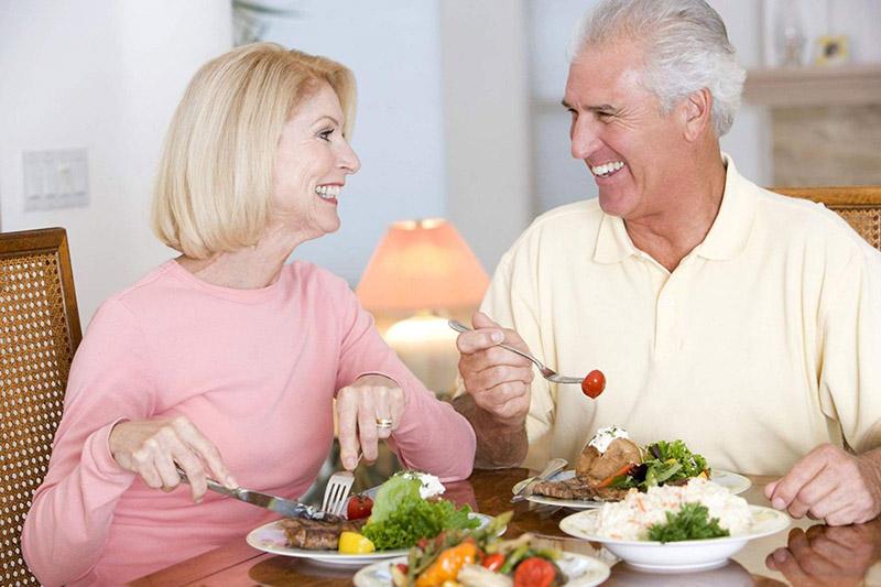 Người lớn tuổi nên có chế độ ăn uống lành mạnh để duy trì sức khỏe, hạn chế bệnh tật